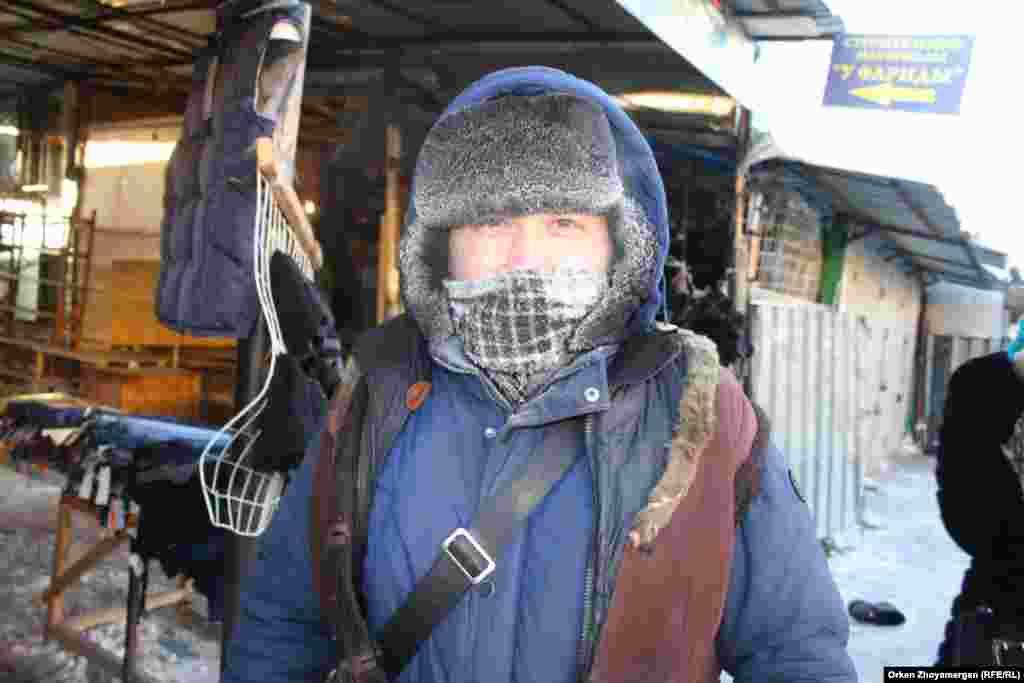 Продавец на рынке в столице.