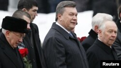 Ukrainian President Viktor Yanukovych (center, in file photo)