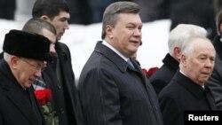 Ukrainian President Viktor Yanukovych (center, in file photo)