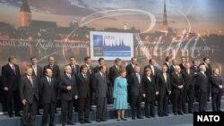 Военно-политический саммит дал Латвии почувствовать себя в фокусе мировой политики. Хозяйка встречи президент Вике-Фрейберга в центре группы в голубом