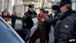 Полиция задерживает участников акции протеста сексуальных меньшинств в Санкт-Петербурге. Иллюстративное фото.