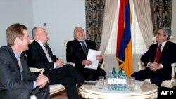Serj Sarkisyan Yerevanda ATƏT həmsədrlərini qəbul edir, 2 mart 2009
