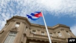 Вашингтондағы Куба елшілігі мен Куба туы (Көрнекі сурет).