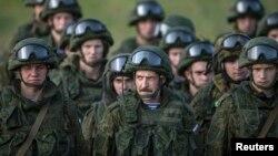 Ruski padobranci tokom vežbe na vojnom poligonu Nikinci 2014. godine