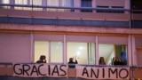 Люди на балконах в Мадриде каждый вечер аплодируют медикам, благодаря их за самоотверженность. 29 марта