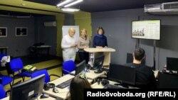 Автори проєкту «Тест на державність» Ірина Костенко, Марина Остапенко та Лариса Мудрак (справа наліво) під час зустрічі зі студентами Могилянської школи журналістики