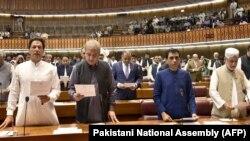 فایل فوټو د پاکستان وزیر اعظم عمران خان د پارلیمان غړي ټاکلېدو په توګه لوړه کوي.