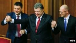 Зліва направо: Володимир Гройсман, Петро Порошенко та Арсеній Яценюк