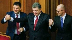 (Зліва направо) Спікер Володимир Гройсман, президент України Петро Порошенко та прем'єр-міністр Арсеній Яценюк під час першого засідання Верховної Ради VIII скликання. Київ. 27 листопада 2014 року