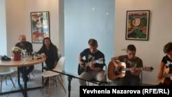 Estas Tonne (другий зліва) слухає молодих музикантів у Запоріжжі. Квітень 2019 року