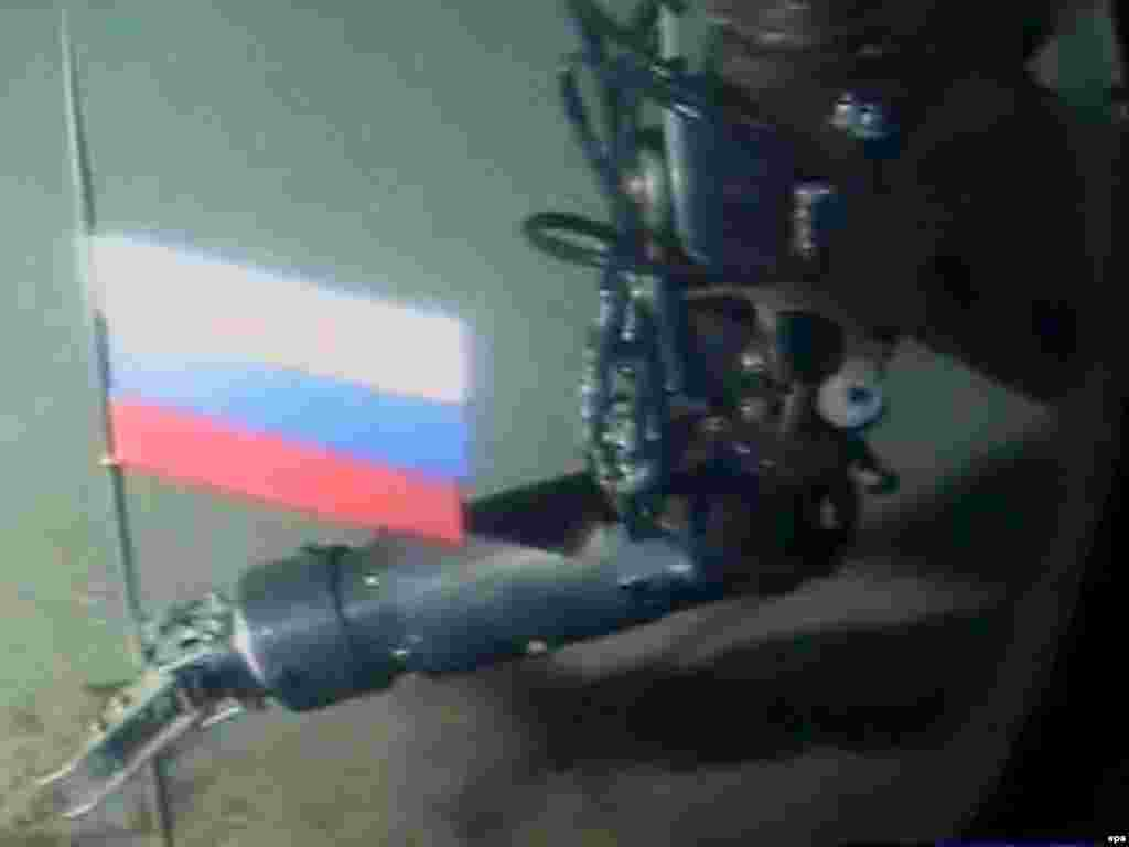 Russia - A TV grab from Russian NTV channel shows a mini submarine places Russian national flag to the ocean floor in the North Pole, 03Aug2007