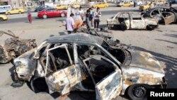 مواطنون يتفحصون آثار إنفجار سيارة في بغداد