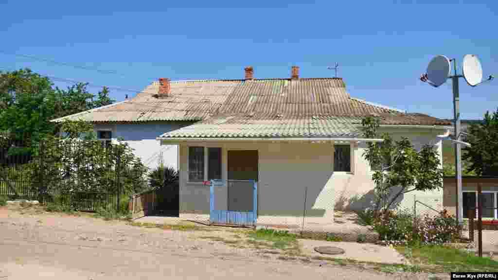 В этом здании когда-то располагалась сельская школа, ее закрыли еще во времена Советского Союза, а затем переоборудовали в жилой дом