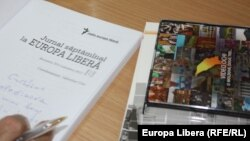 Moldova - Iulian Ciocan (L), RFE/RL book launching in Chisinau, ASEM, 12Feb2013