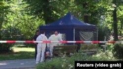 Німецькі слідчі обшуковують місце, де був застрелений Зелімхан Хангошвілі, Берлін, 23 серпня 2019 року