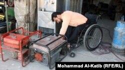 المعاق محمد طارق يفحص مولدة كهربائية