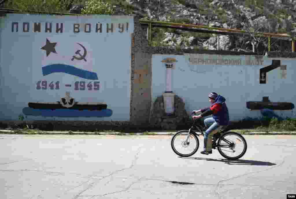 Oğlan Balıqlavadaki deñiz müzey kompleksi yanında keçe, aprel 9 künü 2014 senesi