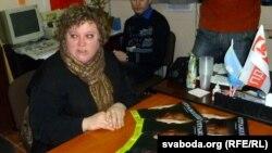 Натальля Зайцава, лідэрка магілёўскіх сацыял-дэмакратак, і асобнікі новага часопісу.