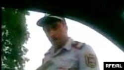 Videoçarxda gənclər polisi təhqir edib, etinasız halda yollarına davam edirlər