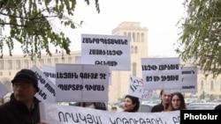 Մենք դեմ ենք օտարալեզու դպրոցների վերաբացմանը» քաղաքացիական նախաձեռնության բողոքի ցույցը Կառավարության շենքի մոտ: 14-ը դեկտեմբերի, 2010թ.