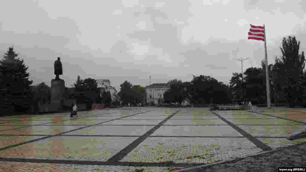 Площадь Ленина днем в субботу практически пуста.Часть мероприятий перенесли в расположенный неподалеку городской культурный центр им. Богатикова Одинокие прохожие и редкие группы приезжих ходят, подгоняемые ветром