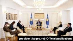 Foto nga takimi i presidentit Thaçi me ambasadorët e Quint-it.