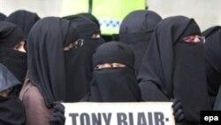 В Англию переселяются отнюдь не только мусульмане, так что рисовать апокалиптические картины явно преждевременно. Демонстрация исламской общественности у резиденции премьера 15 июня с.г.