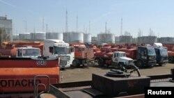 Пустыя бэнзавозы чакаюць на заправачнай станцыі каля Масквы