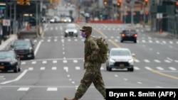 Военный Национальной гвардии США на пешеходном переходе. Нью-Йорк, 5 апреля 2020 года.