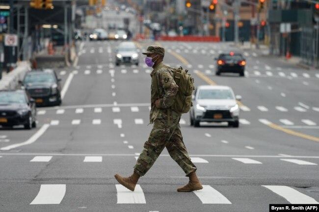 Солдат национальной гвардии США в Нью-Йорке