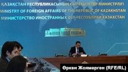 Сыртқы істер министрлігінің баспасөз хатшысы Айбек Смадияров брифинг өткізіп отыр. Астана, 26 қараша 2018 жыл.