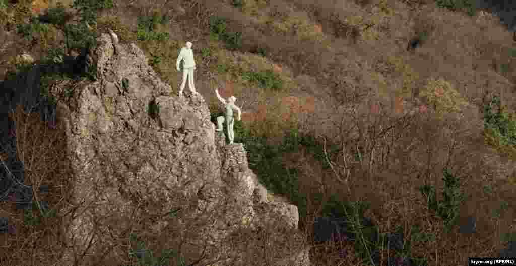 Пам'ятник туристам під горою Ай-Нікола