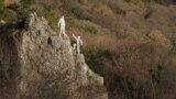 Ай-Никола возвышается над верхним шоссе Ялта – Симеиз. Высота горы – 400 метров над уровнем моря