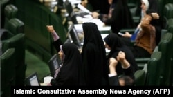 İranlı deputatlar ABŞ əleyhinə şüar qışqırır