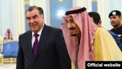 Король Саудовской Аравии Салман ибн Абдулазиз Оли Сауд принимает президента Таджикистана Эмомали Рахмона. Январь 2016 год