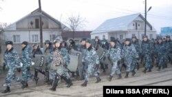 Полицейские в селе Бурыл. Жамбылская область, 17 февраля 2016 года.