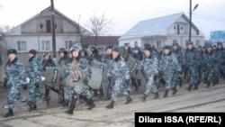 Казакстан - Бурыл айылындагы полиция, 17-февраль, 2016.