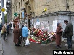 Цветы у дома Политковской, где убили журналистку