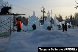 """Участники фестиваля """"Хрустальный Томск"""" в процессе работы над ледяными скульптурами"""