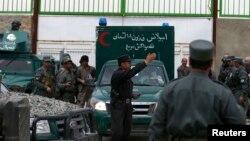 Полицейские перед госпиталем CURE в Кабуле. 25 апреля 2014 года.