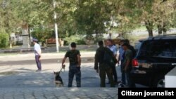 "Сотрудники спецслужб недалеко от здания партии ""Нур Отан"", где проходит совещание актива партии. Атырау, 31 августа 2012 года."