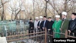 Дин әһелләре, татар җәмәгатьчелеге вәкилләре Иске татар зиратында. 2 май 2013
