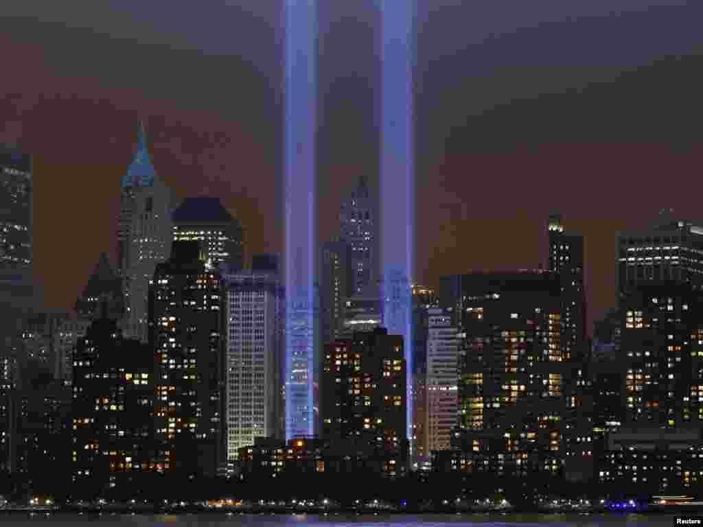 Памятная інсталяцыя асвятляе неба над Мангэтанам у 10-ую гадавіну тэрарыстычных нападаў на ЗША 11 верасьня 2001 году.