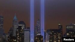 """Иллюминация """"Tribute in Lights"""" на месте рухнувших башен-близнецов в Нью-Йорке, 11 сентября 2011"""