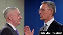 Министр обороны США Джеймс Мэттис (слева) и Генеральный секретарь НАТО Йенс Столтенберг