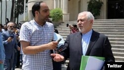Journalist Amir Tohid Fazel (left) with Iranian Foreign Minister Mohammad Javad Zarif probably in Tehran. (file photo)