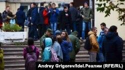 Эвакуация студенческого общежития в Казани после анонимного звонка о заложенной бомбе.
