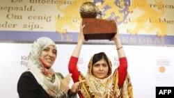 Malala (djathtas) dhe Tawakkul Karmani gjatë ceremonisë në Hagë
