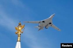 Ту-160 під час параду 9 травня 2015-го у Москві. Випуск багатопозиційних пускових пристроїв для нього затягується