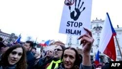 Исламға қарсы шеруге қатысушылар. Прага, Чехия, 16 қаңтар 2015 жыл.